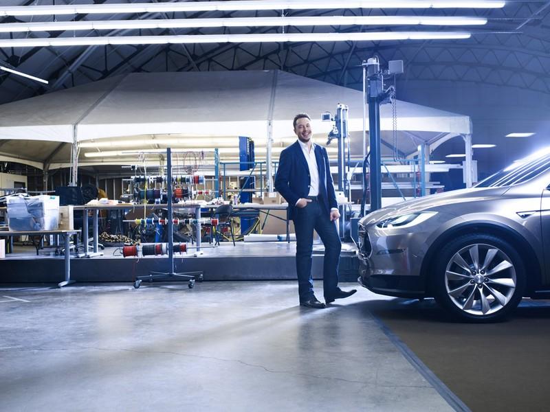 Tony, digo, Elon Musk em seu modelo Tesla.